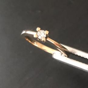 14 karat ring i rødguld model superstar/Queen. 0.10 CT. W/VS. Brillianten er en VS og ikke en billigere SI brilliant som ringen normalt sælges med. Størrelse 52. Nypris kr. 6500,-. Købt hos guldsmed Fru Larsen i Assens.