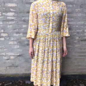 Flot gul kjole med blomster i mesh stof 🌼