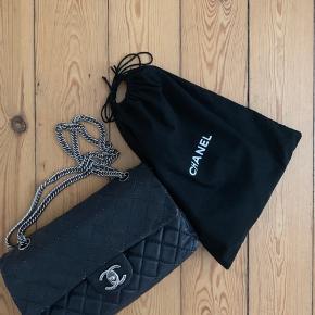 """Jeg sælger min Chanel 2.55 medium i blød model med bijouxkæde. Den er lavet af kalveskind som er lækkert og slidstærkt. Den er i flot stand, men har dog misfarvninger i syningerne, da det er en vintage model - dette kan dog dækkes med en tekstiltusch som også medfølger i købet. Har dog også en gratis indfarvning til gode hos dem jeg købte den hos. Derudover er den lidt sort indvendig (se billeder). Tasken er fra 2008, og jeg købte den i februar 2019. Der medfølger autencitetskort og dustbag. Jeg gav selv: DKK 16.500 kr., på Instagramsiden """"vintageline_2ndhand"""" og kvittering på mit køb kan også sendes via mail :) Skriv gerne privat for flere billeder eller flere oplysninger om tasken. Foretrækker at mødes og handle, men tasken kan godt sendes på eget ansvar. Jeg bor i Fredericia, men er i København lørdag-tirsdag, hvis nogen fra Sjælland skulle have interesse i tasken. Skambud besvares ikke.  Pris: 14.000 kr."""