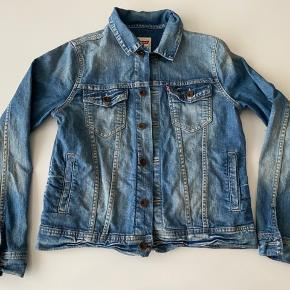 Skøn jakke, ikke brugt meget og i brugt i flot stand.  Str 14 år (Kan også bruges til en pige 😊)