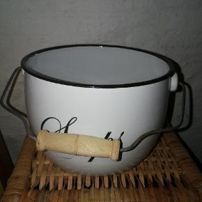 """Fin, emaljeret """"spand"""" med træhåndtag til eksempelvis sæber. Størrelse: ca. 20-25 cm."""
