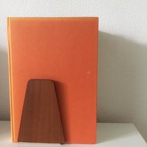 Fine bogstøtter i teaktræ.  1 stk 30 kr., alle 6 for 150 kr.