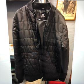 Sort jakke fra H&M Str. 12-13 år Fejler intet. Skal hentes i Valby
