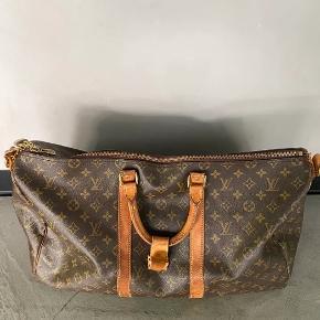 Vintage Louis Vuitton duffletaske 👍  Sælger denne vintage Louis Vuitton duffletaske. Den er i rigtig god stand, og jeg vil vurdere den til cond. 7/10. Ingen mærkværdige flaws eller mærker.  Det er en str. 55  Kan sendes, skriv en besked, så aftaler vi nærmere!