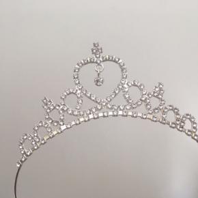 Mangler din lille prinsesse en krone? 👑  Super sød tiara i metal i god kvalitet. Er aldrig brugt, og mangler ingen sten. Nypris omkring 149kr. Vil tro den passer de fleste, da den sidder som en hårbøjle