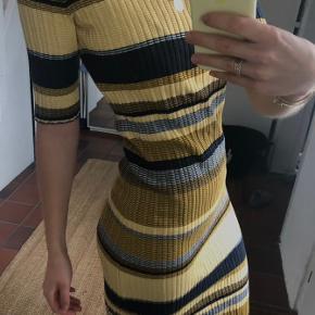Smukkeste kjole med slis i siden, den er aldrig brugt. Giver den pæneste figur og kan bruges både sommer og vinter 🪐💫