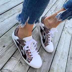 Custommade sneakers, brugt få gange. Dem jeg sælger er på billede nr. 2 (sort & pink)