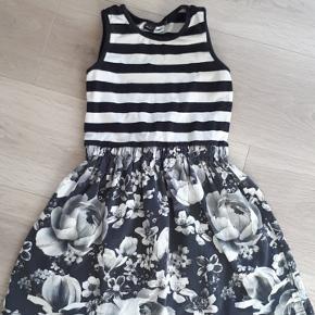 Molo kjole str.122/128. GMB, lidt farvetab og 2 små huller.  60kr +porto/gebyr. Handler gerne med mobilepay 😉  🚫 Ingen husdyr eller røg 🚭