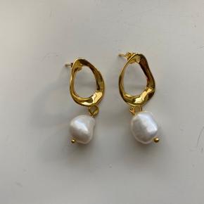 Helt ny guldbelagt 925 sølv øreringene med ægte perle. Aldrig brugt og i perfekt stand.