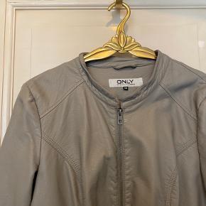 Fed (imiteret) læder jakke med lynlås midt på pg lommer.