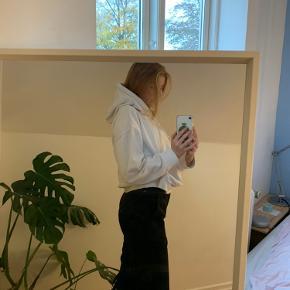 Hvid hættetrøje fra weekday. Der er en lille plet, men man ligger ikke mærke til den, jeg kan ikke sætte flere billeder ind, så skriv privat for flere billeder🌸