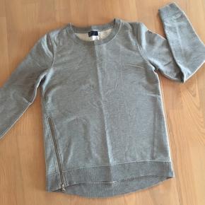 Grå sweater fra GAP med lynlås detalje