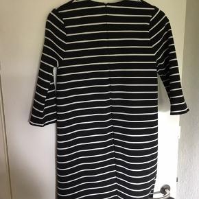 Sælger denne kjole da den aldrig har været i brug, den er fra Zara Knit