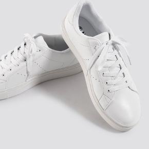 Helt nye sko. Kun prøvet på udenfor, men aldrig brugt 🌺