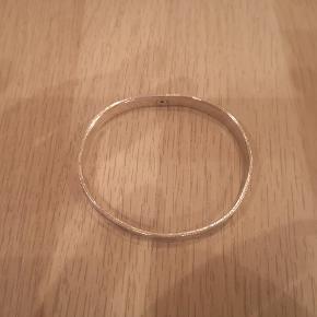#30dayssellout  Super fedt bangle. Materialet er ukendt og uden stempel, men er købt inde i Figaros Bryllup. Æske medfølger Måler 62 mm i diameter