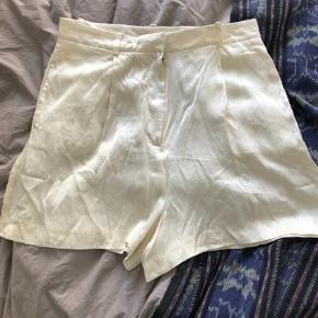 Varetype: Shorts Farve: Hvid  Super fine shorts. Det er en 38, men små i str. Jeg er en 36 og passer disse.   Pris 100 kr pp og evt ts gebyr. Jeg bytter ikke