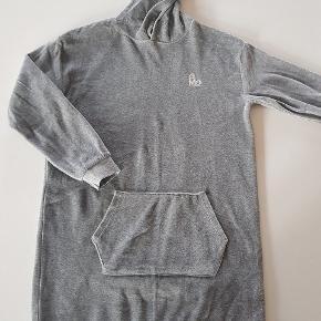 Grå hoodie kjole i velour. Lomme foran. Næsten som ny. Str 158/164. Nypris 350 kr. Længde ca. 78 cm. Bredde ca 50 cm.