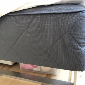 140x200 seng - 45 cm høj - inkl. En topmadras, som er et år gammelt. Nypris for topmadras 1500 - få seng og madras til 1000 kr - befinder sig i Hadsten