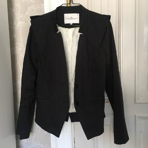 Sælger min seje Designers Remix blazer med skulderpuder og seje detaljer. Passer alle størrelser mellem xs-m, Byd endelig!