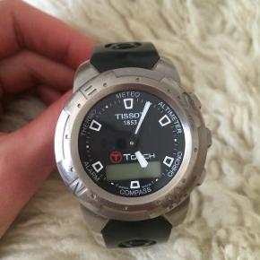 Næsten ikke brugt.  Titaniums ur.   NYT batteri sat i pr. 11 juli 😊 Kvittering på det haves   Købt i dk. Nypris var 3900