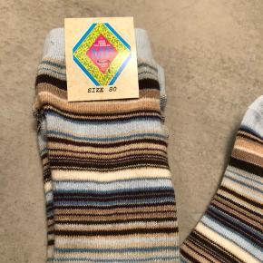 Helt NYE søde stribede strømpebukser i str. 80 cm / 1 år. Super lækker kvalitet og fine blå og brune farver. #30dayssellout Pris: 40 kr