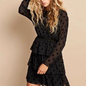Fin kjole fra Envii. Sælges udelukkende da jeg har for mange kjoler og ikke har taget denne i brug endnu :)