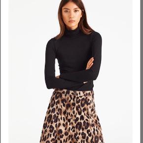 """Global Funk nederdel i """"ruskind"""" med leopard mønster, og flotte knapper som på det sidste billede, brugt til en anledning. Nypris: 450"""