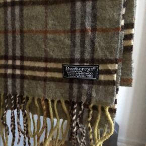 Burberrys 100% lambs wool scarf til salg. Vintage men ægte. Jeg har 100+ reference.  Str: 170 x 30 cm  Condition: god men brugt, ingen flaws.  Pris: 350 dkk