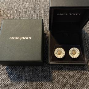 Georg Jensen Daisy øreringe i mellemstørrelse. De er 18 mm. brede. Nypris 1500 kr. Brugt 2-3 gange.