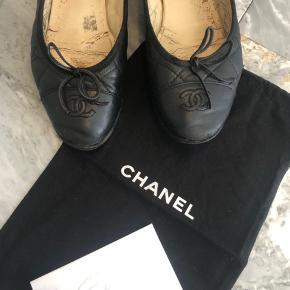 Meget slidte Chanel ballerinaer i størrelse 38. Bud modtages.