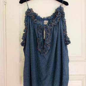Smuk Hanne Bloch top, one size. Helt ny, stadig i butikker til fuldpris.  Kan styles på flere måde. Regulerbare bånd ved hals udskæring . Købspris 2500kr