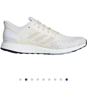 Helt nye sko, købt ved en fejl og er derfor aldrig brugt eller prøvet på. Boks medfølger Skal bare af med dem:) Np: 1100 Mp:700 Str 42