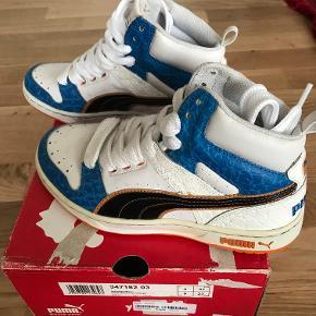 Super PUMA basketstøvler.  Hvid med blå og sort samt orange sål.  Str 37  Helt nye.  Kom med et bud!