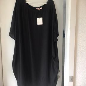 Kjole fra MLCL  HELT NY ALDRIG BRUGT Bryst 2x85 cm  Længde 110 cm  Pris 500 kr incl forsendelse med DAO
