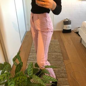 Fine lyserøde jeans fra envii. De er str. m, men syet ind i taljen, så de svarer til en str. s. Syningen kan sagtens sprættes op, så de igen bliver en str. m🌸💘
