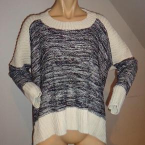 Fra Miss Line - trøje / strik / top. Størrelse: ONE SIZE Farve: Råhvid og sort Oprindelig købspris: 700 kr. Super lækker strik fra Miss Line.  Længere bagpå end foran. Råhvid i rib + over øverste ryggen og skuldre. 45 % lana uld, 45 % acryl og 5 % elastisk. Blød og lækker - kradser ikke.  Sender gerne på købers regning : DAO 39,-