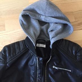 Fin jakke i læderlook med aftagelig hætte. I meget fin stand.