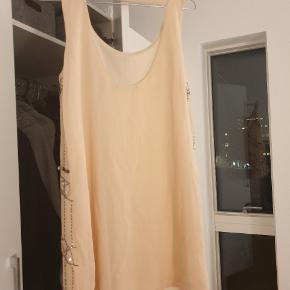 Haft på 1 gang  Beige/lyserød kjole med masser af flotte detaljer   Kan bruges som kjole uden noget indenunder - eller bruges til et par bukser da den ikke er super lang #30dayssellout