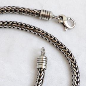 Tyk sølv halskæde / kongekæde i 925 ægte sølv. Den fulde længde er 49,5 cm. Vægt 56,2 g. Tykkelse: 5,2 mm (7mm ved enderne)  Se også mine andre annoncer med smykker 👍