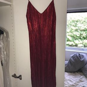 Flot rød Metallic kjole!