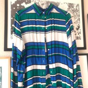 Pæn skjorte i stribet hvid, sort, blå og grøn 👌🏼 lang model. Kan knappes hele vejen ned, jeg har brugt den åbenstående som cardigan. Har slids på siden 🌷 str. 36 fra H&M i let materiale   Bemærk - afhentes ved Harald Jensens plads eller sendes med dao. Bytter ikke 🌸  💫 Skjorte cardigan stribet striber åben åbnet hvid sort blå grøn hm