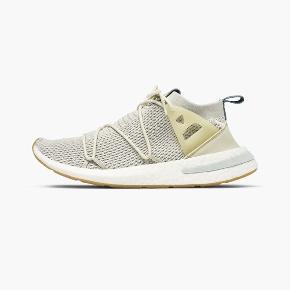 Hej sælger de her vildt fede Adidas sko i beige. Jeg kan desværre ikke passe dem. De er i størrelse 38 2/3 og er helt nye. Ny pris er omkring de 1200 kr.