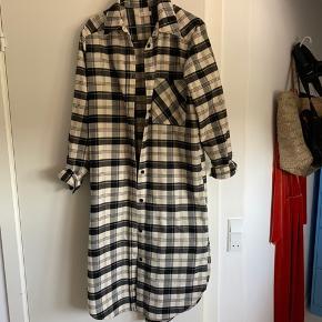Lang skjorte, kan både bruges som kjole når den er lukket og skjorte åbent. Brugt få gange.