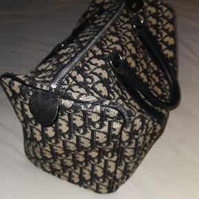 Virkelig smuk og velholdt vintage Dior taske. Den er rummelig og med kun enkelte brugsspor. Skriv dm for spørgsmål #trendsalesfund