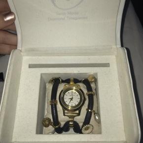 Christina watches ur - medfølger 7 vedhæng, sort rem, 2 diamanter sat i uret. Batteri skal skiftes. Der er for omkring 4000 kr.