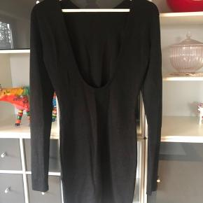 Tætsiddende kjole fra MbyM. Den er str. S, men passer M og L også. Har aldrig selv været en S. 100kr ex Porto.