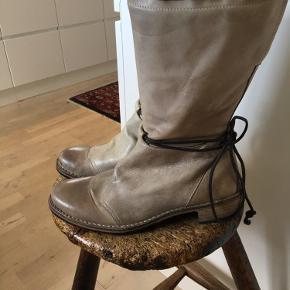 Superfede støvler fra luksus gidigio men super komfort. Flot grå/sand farve, lædersål med gummi under , lynlås osv. højde bagpå fra gulv og op til kanten 30 cm