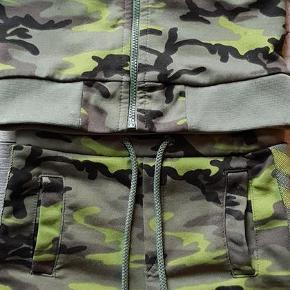 Varetype: Sæt med knickers og cardigan Farve: Se billede  Baglommen er gået i syningen. Tænker det let kan laves 🙂