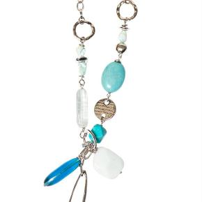 Varetype: -=NY=- MINT HALSKÆDE Størrelse: One Farve: Sølv Oprindelig købspris: 1000 kr.  A&C JEWELLERY MINT HALSKÆDE  Håndlavet smykke fra norske A&C Jewellery Design Oslo.  Flot lang halskæde med perler i grønblå farver. Smykket er belagt med det eksklusive ædelmetal rhodium, der giver halskæden et blankt sølvhvidt udseende.  Halskæden er fra A&Cs eksklusive serie Essence. Essence er en høj kvalitets serie, hvor smykkerne er belagt med ægte rhodium eller ægte guld. Smykkerne er dekoreret med kombinationer af halvædelstene, glasperler, perler og perlemor.  Serie: Essence Model: Mint Style: 2054-0166   Varens stand: aldrig brugt