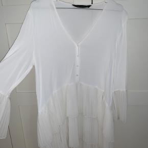 Hvid trøje/kjole fra Zara. Aldrig brugt.   Tager ikke billeder med tøjet på. Sender ikke flere billeder. Prisen er fast og eksklusiv fragt.